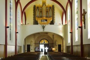 21 avril 2017 : Orgue dans l'église Notre Dame de Lourdes à Chaville (92), France.
