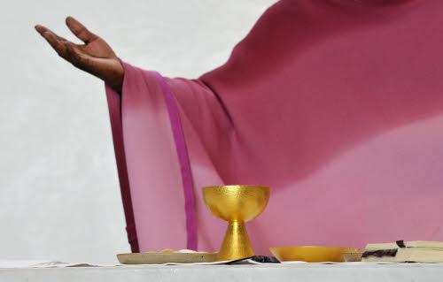 20 mars 2011 : Prière eucharistique lors de la messe Egl. Notre-Dame d'Espérance, Paris (75), France. Le rose symbolise la joie.