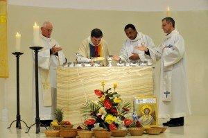 30 Mars 2013 : Première vigile pascale, célébrée par P. Régis CHARRE, curé de Vaulx-en-Velin (prêtre du Prado) dans la nouvelle église Saint-Thomas. Vaulx-en-Velin (69), France. March 30th, 2013 : First Easter vigl presided by Fr Régis CHARRE in the new chuch of St Thomas. Vaulx-en-Velin (69), France.