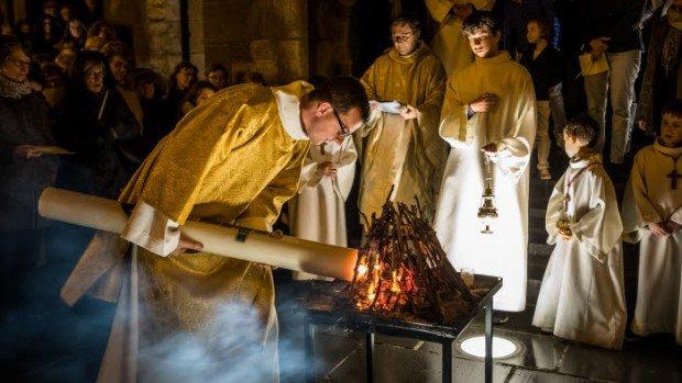 27 mars 2016 : Guillaume CAMILLERAPP, diacre, allume le cierge  pascal au feu nouveau lors de la Vigile pascale à Saint-Malo (35), France.