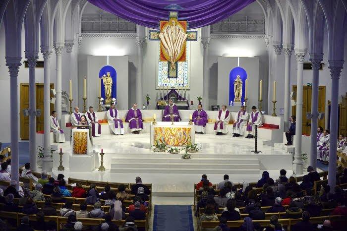 """9 mars 2017 : Célébration de la messe, lors de la journée de rencontre nationale autour du synode sur """"Les jeunes, la foi et le discernement des vocations"""". Eglise Saint Honoré d'Eylau, Paris (75), France."""