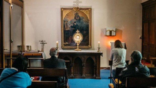 30 mai 2017 : Membres de la communauté de l'Emmanuel lors de l'adoration du Saint Sacrement en l'église Notre-Dame d'Emeraude à Dinard (35), France.