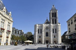 10 septembre 2015 : La basilique de Saint-Denis et sa façade principale récemment restaurée (2012/2015). Saint-Denis (93), France. September 2015: The recently restored west facade of St Denis Basilica. Saint-Denis (93) France.