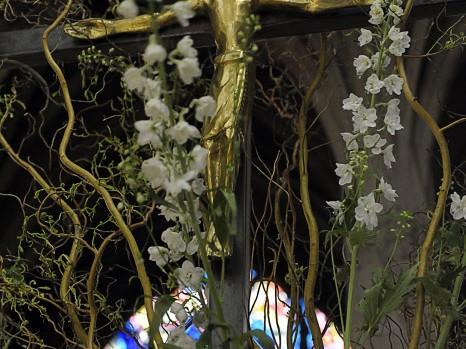 23 avril 2011: Décoration florale de la croix, paroisse Saint Séverin. Paris (75), France.  April 23, 2011: Flower arranging, Saint Séverin parish. Paris (75), France.
