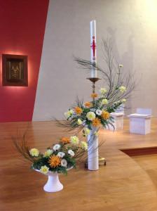Composition florale autour du cierge pascal.