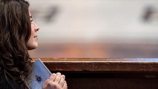 9 mars 2018 : Une jeune femme priant lors de la célébration de pénitence dans la basilique Saint Pierre au Vatican.