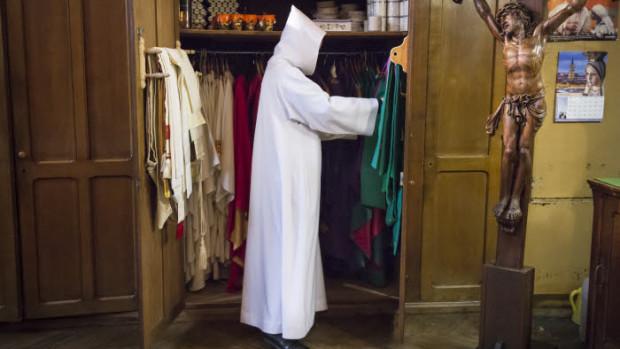 30 mars 2018 : Prêtre se préparant dans la sacristie de la paroisse Saint-Ambroise, lors du Vendredi Saint. Paris (75), France.