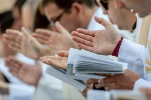 14 octobre 2018 : Illustration. Prêtres récitant la prière eucharisitique. Vatican.