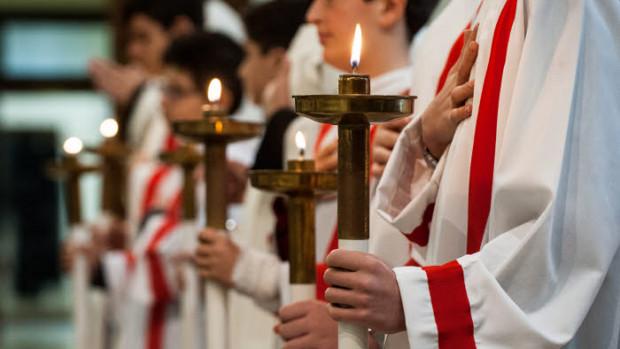 12 novembre 2017 : Servants d'autel, dans la basilique Saint-Antoine de Padoue à Rome, Italie.
