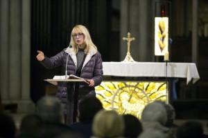 1 mars 2017 : Paroissienne animant la messe des Cendres. Paroisse Saint Jean Baptiste de Belleville, Paris (75), France.