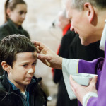 Imposition des cendres sur le front d'un enfant