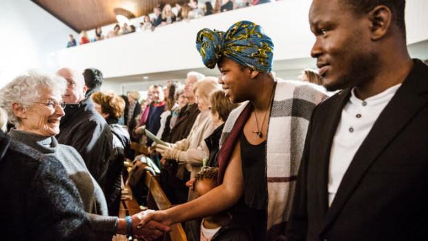 Geste de paix lors de la messe