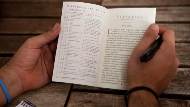 13 avril 2011: Magnificat (livret), lors du temps de formation pour les jeunes d'Anuncio (7 Français, 1 Anglaise, 1 Espagnol et une Colombienne) qui vivent en communité depuis octobre 2010 à la Casa Anuncio pour un an de vie de prière et de formation sur la foi catholique, et d'apostolat en organisant le Festival Anuncio aux JMJ.  Madrid, Espagne.