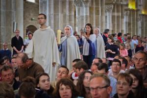 6 juillet 2014 : Procession des offrandes lors de la messe de clôture du pélerinage des pères de famille en la basilique Sainte Marie-Madeleine de Vézelay (89), France.