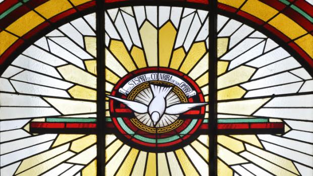 21 avril 2017 : Vitrail représentant l'Esprit Saint. Eglise Notre Dame de Lourdes à Chaville (92), France.