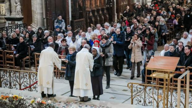 14 janvier 2018 : Procession des offrandes lors de la messe de consécration du nouvel autel de la basilique Saint-Denis par Monseigneur DELANNOY, évêque de Saint-Denis (93), France.