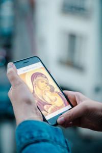5 mars 2019 : Illustration du Carême. Se connecter avec un téléphone portable sur une application catholique, ici celle de Prions en Eglise. France.