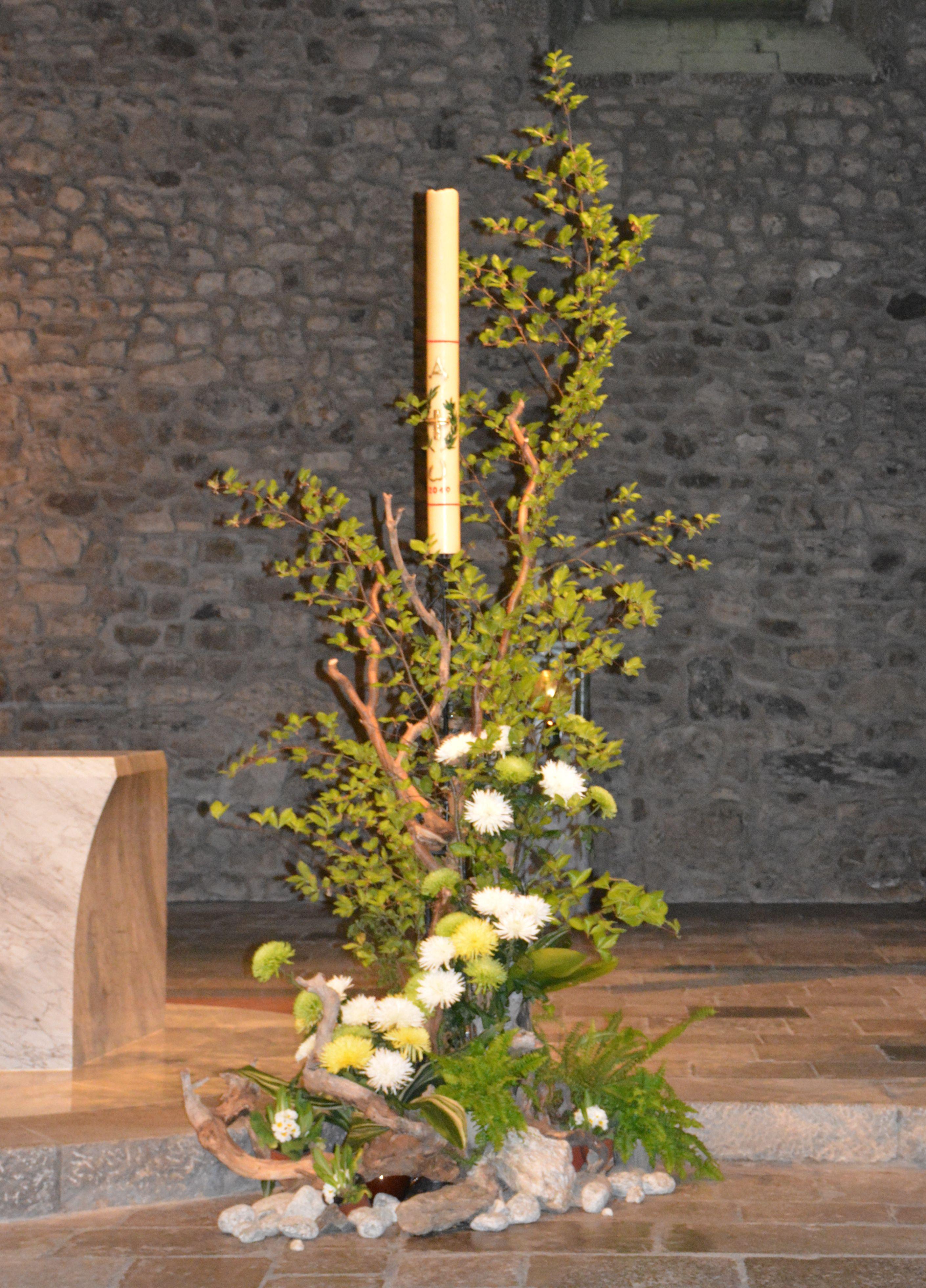 Composition florale autour du cierge pascal à l'Abbaye de Tamié, Pâques 2019.