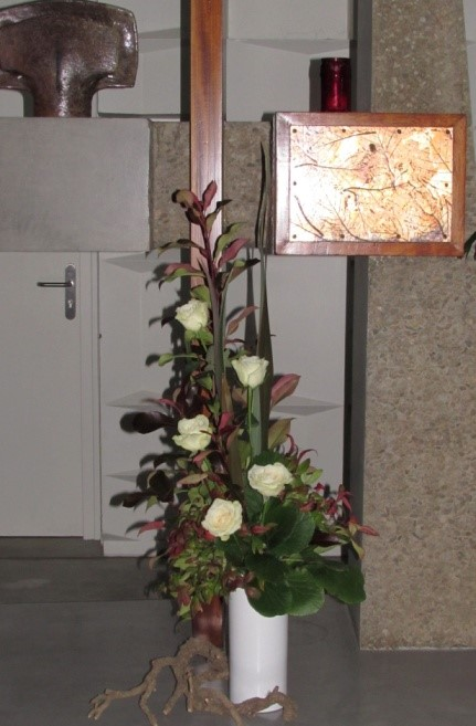 Branches de Photinia Red et Phormium tenax, roses, Bergenia, Nandina nain et racine de Lierre.
