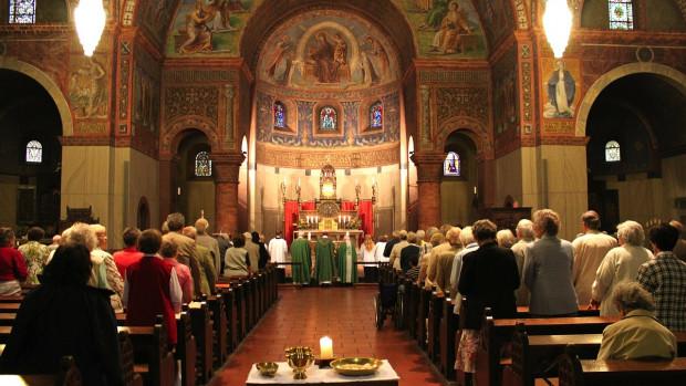 Fidèles réunis pour célébrer l'eucharistie.