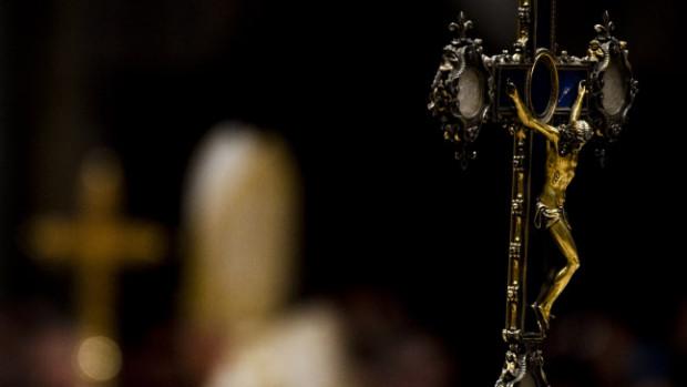 31 Décembre 2011 : Christ en croix lors des vêpres et du Te Deum à la Bas. Saint Pierre, Rome, Vatican.