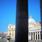 Vue sur la Coupole de Saint Pierre de Rome et les colonnades du Bernin, Cité d Vatican.