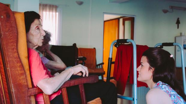 Jeune fille visitant une personne âgée.