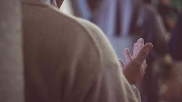 Jeune homme en prière lors d'une veillée de louange.