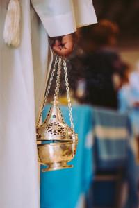 L'encens est brûlé dans un encensoir, tenu par un servant d'autel que l'on appelle « thuriféraire » (d'un mot grec, « thus », encens, et d'un mot latin « ferre », porter) qui le fait osciller pour mieux diffuser le parfum de l'encens.