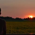 « [...] et nous aurons le regard assez pur pour discerner ta gloire. » Contemplation du soleil pointant à l'horizon, derrière les nuages.
