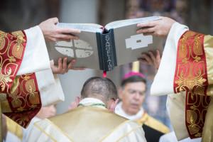 16 septembre 2018 : Remise de l'évangéliaire, lors de la consécration épiscopale de Mgr Matthieu ROUGE. Cath. Sainte Geneviève à Nanterre (92), France.