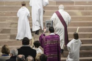 18 mars 2018 : Elévation de l'évangéliaire durant la messe d'envoi en la cathédrale de Stasbourg, lors des 32e Assises des Entrepreneurs et Dirigeants Chrétiens (EDC). Strasbourg (67), France.