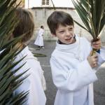 14 avril 2019 : Servants de messe tenant  des palmes lors du dimanche des Rameaux. Paroisse Saint Jean Baptiste de Belleville, Paris (75), France.