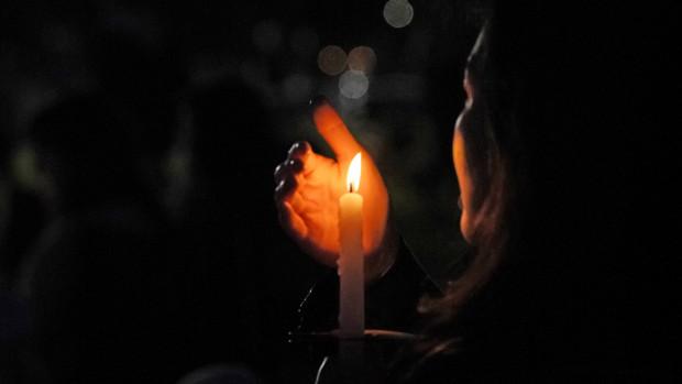 Cierge allumé pour la Vigile pascale : Bénis le Seigneur, ô mon âme ; Seigneur mon Dieu, tu es si grand ! Revêtu de magnificence, tu as pour manteau la lumière ! Ps 103 (104)