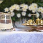 L'eau et les Saintes huiles pour le sacrement du baptême.