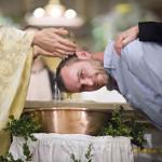31 mars 2018 : Catéchumène recevant le baptême, lors de la Vigile pascale. Paroisse Saint Ambroise, Paris (75), France.