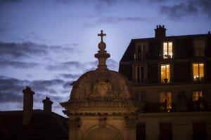 27 septembre 2019 : Illustration. Haut de la fontaine de la place Saint Sulpice à Paris et fenêtres éclairées des appartements proches. Paris (75), France.