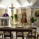 10 mars 2020 : Dans le cadre des mesures prises contre la propagation du nouveau coronavirus COVID-19, le pape François célébre la messe quotidienne, seul, sans fidèles, dans la chapelle de la résidence Sainte Marthe au Vatican.
