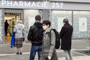 17 mars 2020 : File d'attente devant une pharmacie, avant l'instauration du confinement obligatoire pour tous les Français, afin de lutter contre l'épidémie de coronavirus Covid-19. Paris (75), France.