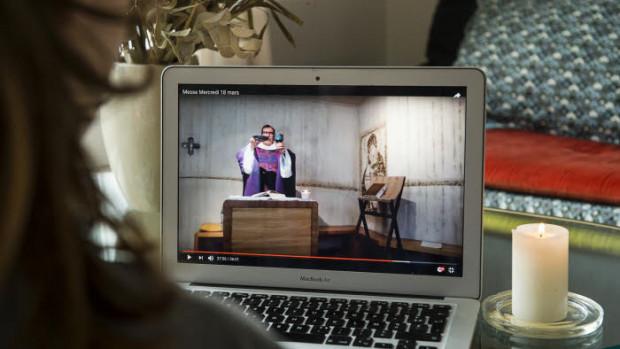 Suivre la messe sur YouTube, une possibilité dans de nombreuses paroisses pendant le confinement.