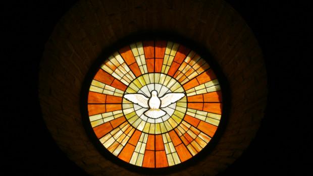 Vitrail représentant l'Esprit Saint sous la forme d'une colombe.