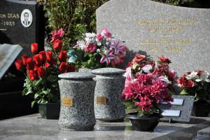 Urnes scellées sur une tombe.