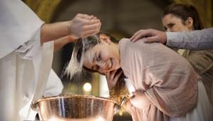 Baptême d'une adolescente, lors de la Vigile pascale. Paroisse Saint-Ambroise, Paris (75) France.