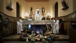 24 décembre 2011 : Prière eucharistique lors de la messe de Noël célébrée par le p. Jean Marie GLANC de la communauté de Paroisses Saint André entre Lindre et Stock, Languimberg (57), France.   24 December 2011: Christmas mass, Languimberg (57), France.