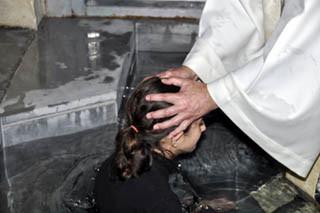 Immersion baptismale en l'église de la Sainte famille, Istre, Diocèse d'Aix et Arles.