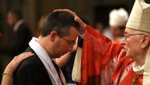 10 mai 2008 : Imposition des mains par Mgr Pierre JOATTON, évêque émérite de Saint-Etienne, lors de la confirmation d'adultes pendant la vigile de Pentecôte, en la cath. Saint-Jean, Lyon (69), France.