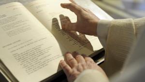 28 janvier 2011: Signe de croix sur le lectionnaire avant la lecture de l'Evangile, égl. Saint François d'Assise, Paris (75), France.  January 2011: Mass, Paris (75), France.