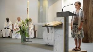 21 mai 2011: Lecture, messe de profession de foi, paroisse Notre Dame d'Espérance, Paris (75), France. May 21, 2011: Profession of faith mass, parish Notre Dame d'Espérance, Paris (75), France.