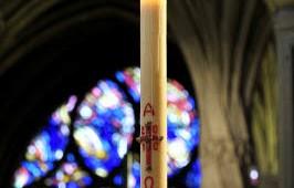11 avril 2010 : Cierge pascal allumé lors du dimanche in albis. Egl. Saint Severin. Paris (75) France.  April 11th, 2010 : Eastern candle. Saint Severin ch. Paris (75) France.
