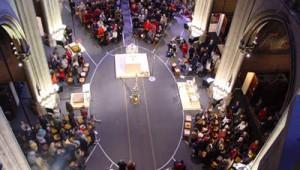 Assemblée installée sous forme enveloppante à l'occasion de la messe célébrée à S Ignace à Paris dans le 7ème